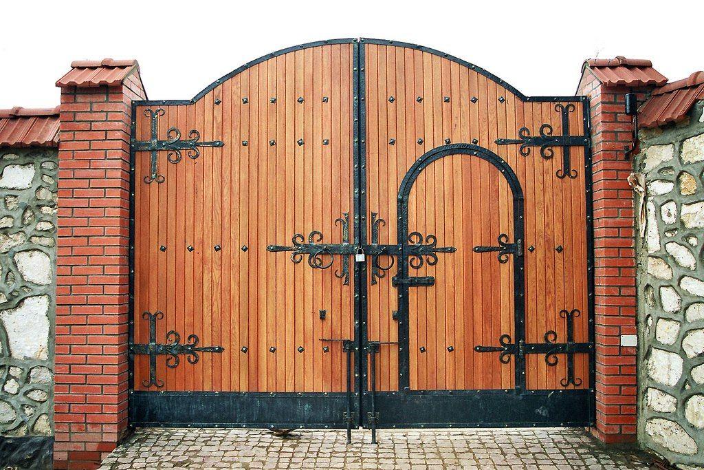 Входные ворота с калиткой в частном доме своими руками 23